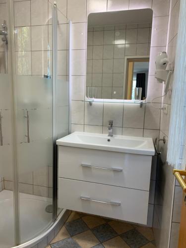 Ein Badezimmer in der Unterkunft Gasthaus & Hotel Backhendlstation
