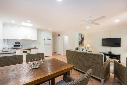 A kitchen or kitchenette at Fiesta Palms 2 - Central Byron Bay