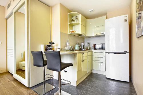 Кухня или мини-кухня в Sky Grand Studio Romantic Paradize - 64 floor OKO tower