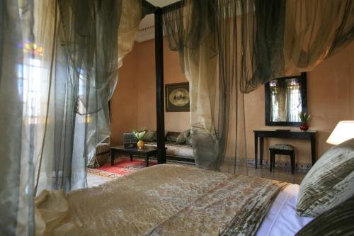 A bed or beds in a room at Al Fassia Aguedal