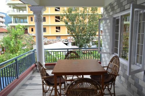 A balcony or terrace at Hotel Global Inn