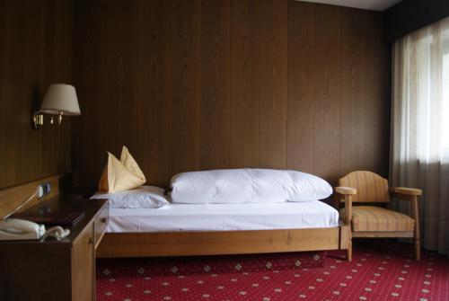 A bed or beds in a room at Hotel Am Wolfgrubenersee