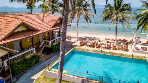 Vue sur la piscine de l'établissement Sun Beach Bungalows ou sur une piscine à proximité