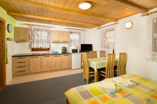 Kuchyň nebo kuchyňský kout v ubytování Ada Apartments