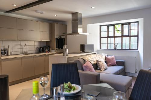 Stylish Luxury Central Apartment with Gated Parking plus Exceptional Feedback with Private Entrance and Courtyard Garden