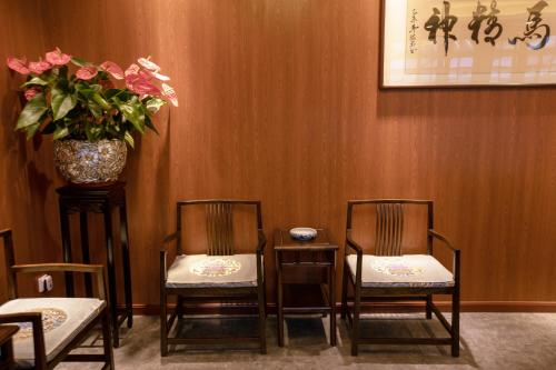 A seating area at Liuhe Courtyard Hotel