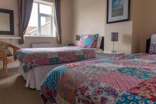 A bed or beds in a room at Roedean Guest House