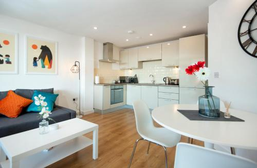 Elm View - 2 Bed 2 Bath Apartment with Parking in Central Southsea