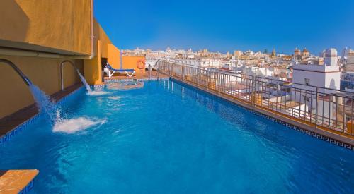 Piscina en o cerca de Senator Cádiz Spa Hotel