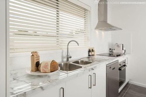 A kitchen or kitchenette at New York Dreamer - Central & Sophisticated