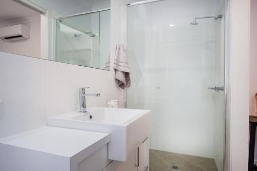 A bathroom at Albury Yalandra Apartment 1