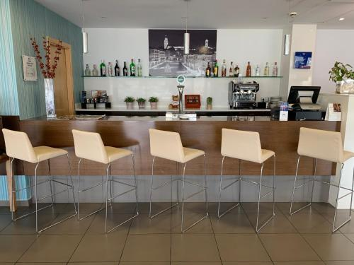 The lounge or bar area at Holiday Inn Express Vitoria, an IHG Hotel