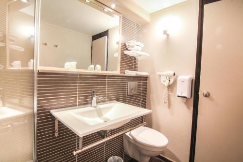A bathroom at Hôtel Inn Design Resto Novo Sablé