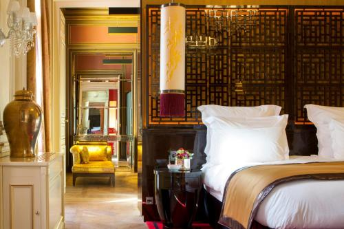 A bed or beds in a room at Buddha-Bar Hotel Paris