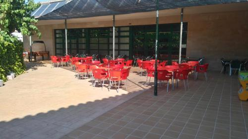 Un restaurante o sitio para comer en Camping Alberg Municipal Tivissa