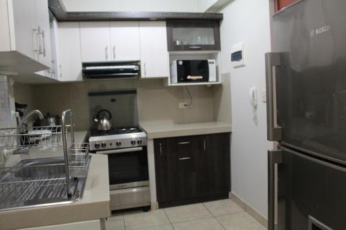 A kitchen or kitchenette at Departamento Familiar En Chiclayo
