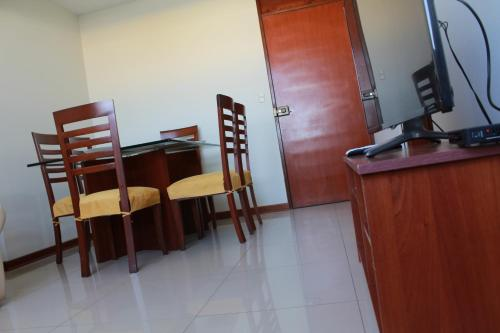 A television and/or entertainment centre at Departamento Familiar En Chiclayo