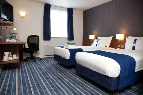 A bed or beds in a room at Holiday Inn Express Greenock
