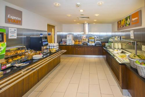 A restaurant or other place to eat at Holiday Inn Express Edinburgh – Royal Mile