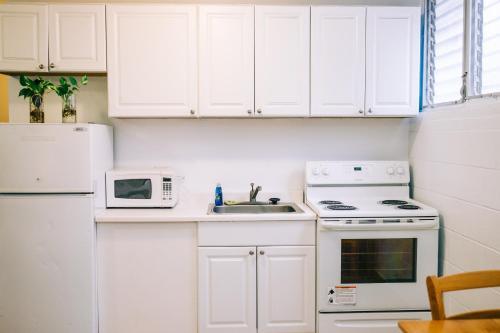 A kitchen or kitchenette at Waikiki Beachside Hostel