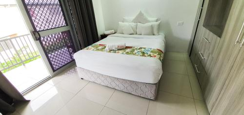A bed or beds in a room at Island Accommodation 66 Extension