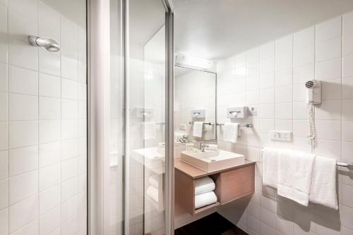 A bathroom at ibis Melbourne Hotel and Apartments