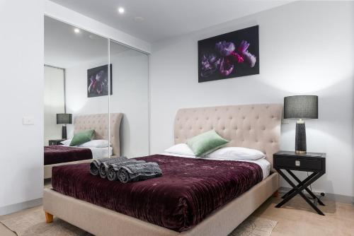 A bed or beds in a room at CityLights at Flinders st