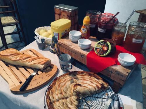 Breakfast options available to guests at Chambres d'hôtes Les Templiers