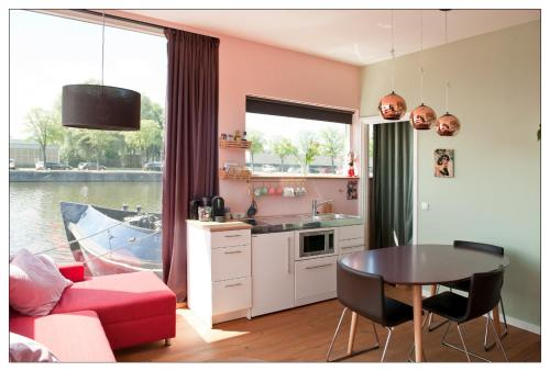 A kitchen or kitchenette at Private guesthouse BnB The Waterhouse houseboat