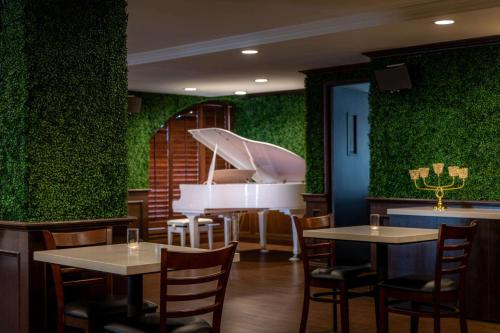 A restaurant or other place to eat at The Volare, Ascend Hotel Collection