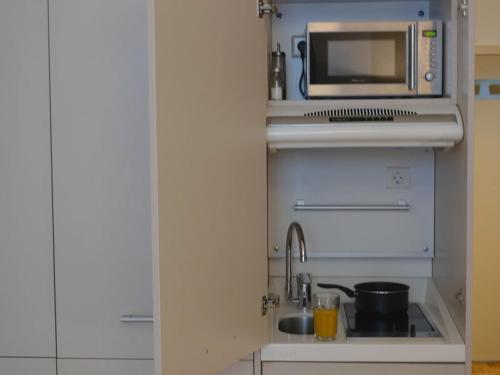 Una cocina o zona de cocina en Key Inn Appart Hotel Belair