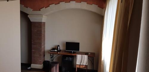 Uma TV ou centro de entretenimento em Baku Sea View Hotel