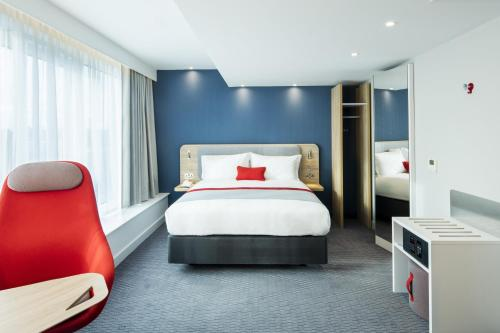 A bed or beds in a room at Holiday Inn Express Dublin City Centre