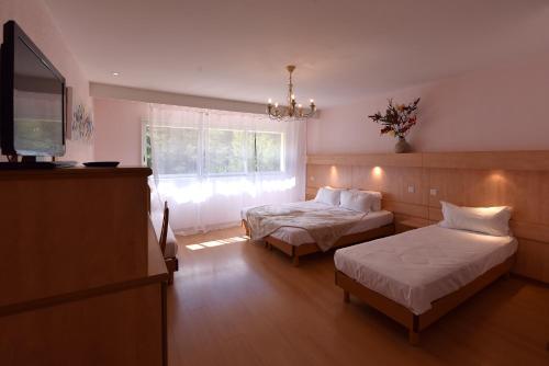 Un ou plusieurs lits dans un hébergement de l'établissement Hotel Arena restaurant le Refuge
