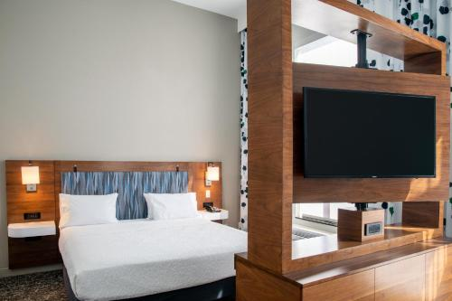 A bed or beds in a room at Hampton Inn & Suites Sherman Oaks