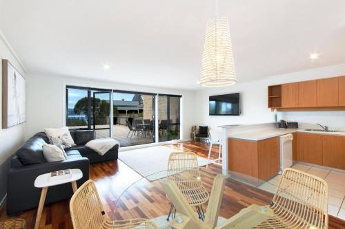 A seating area at Lorne Beach Break Apartment