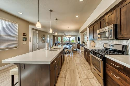 A kitchen or kitchenette at Legacy Land: Paradise Village #70