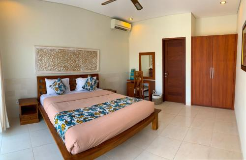 A bed or beds in a room at Mudha Bali Villa Sanur 2 Bedrooms