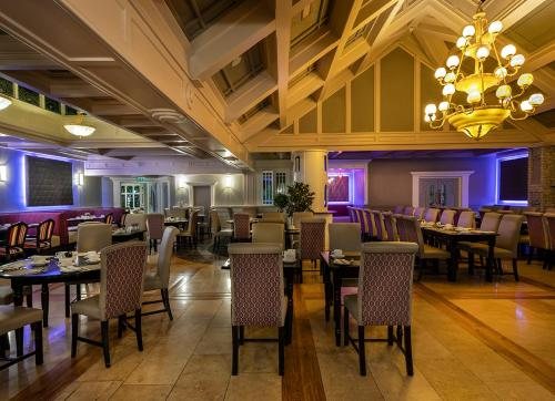 A restaurant or other place to eat at Treacys Oakwood Hotel