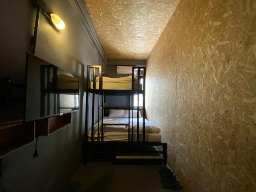 Ein Etagenbett oder Etagenbetten in einem Zimmer der Unterkunft RALPH Bangkok