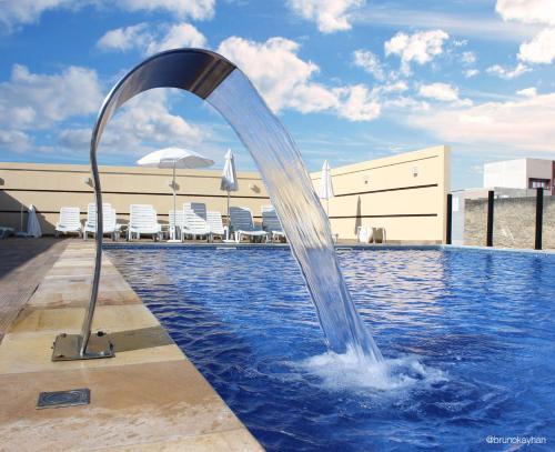 A piscina localizada em Faro Hotel Atibaia ou nos arredores