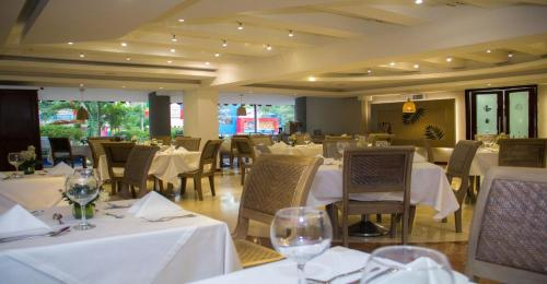 A restaurant or other place to eat at Country International Hotel