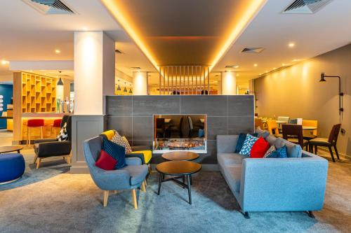 The lounge or bar area at Holiday Inn Express - Derry - Londonderry