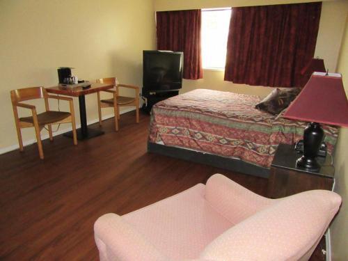Кровать или кровати в номере Providence Place Inn