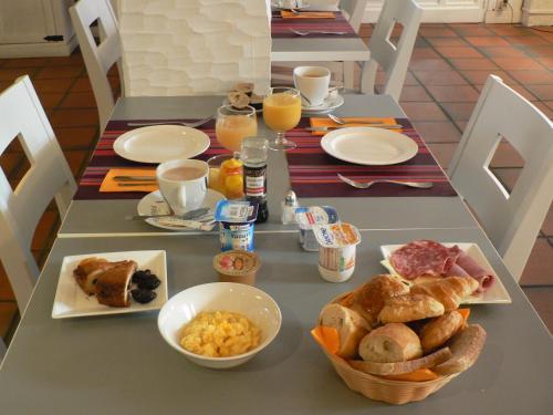 Options de petit-déjeuner proposées aux clients de l'établissement Hôtel Les Alizés