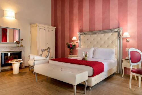 A bed or beds in a room at Hotel Ginori Al Duomo