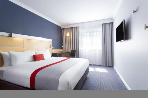 A bed or beds in a room at Holiday Inn Express Southwark, an IHG hotel