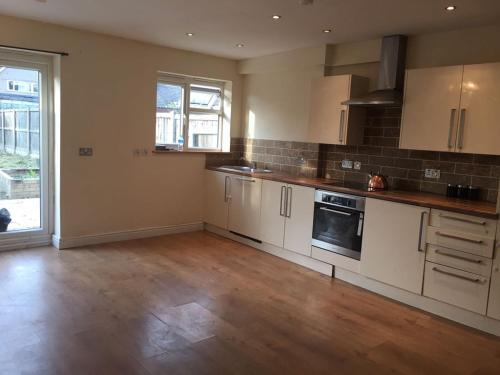 A kitchen or kitchenette at Comfort Villa London