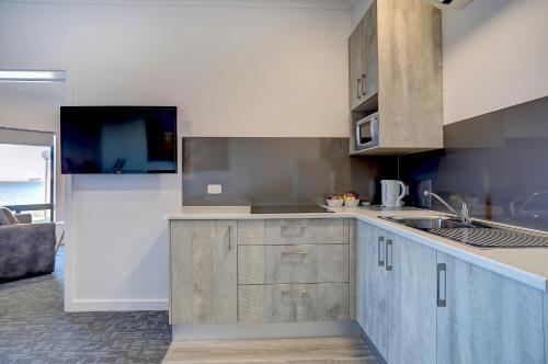 A kitchen or kitchenette at Limani Port Lincoln