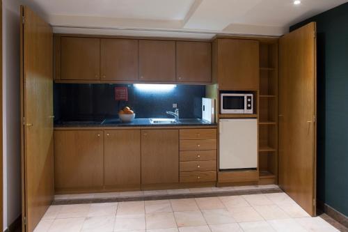 Una cocina o zona de cocina en Altis Suites